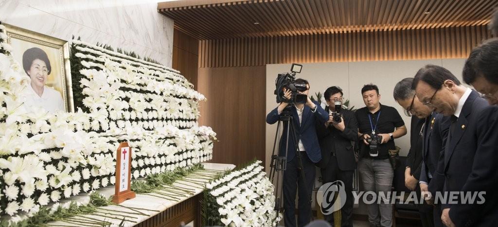 李海瓒在李姬镐灵前致哀。 韩联社