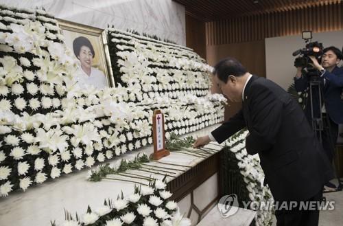 韩各政党领袖前往吊唁金大中遗孀李姬镐