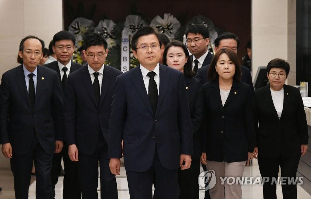 黄教安(居中)前往李姬镐灵堂悼念。 韩联社
