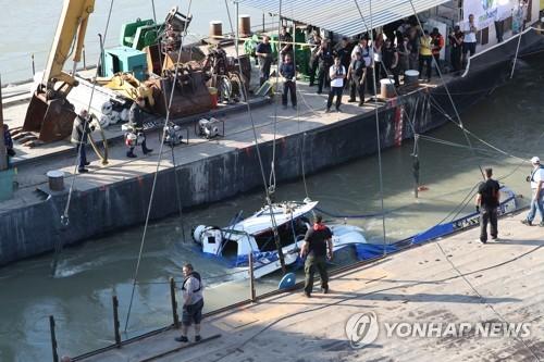 匈牙利沉船打捞工作启动 船体浮出水面