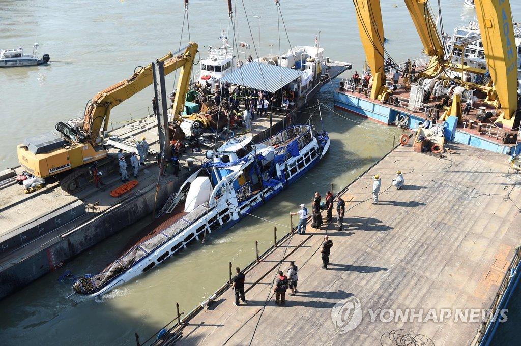 匈警方在沉船内部搜寻仍未找到4名失踪者