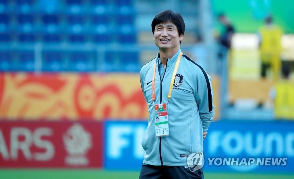 资料图片:当地时间6月11日,郑正溶在赛前笑容满面地望向球场。 韩联社
