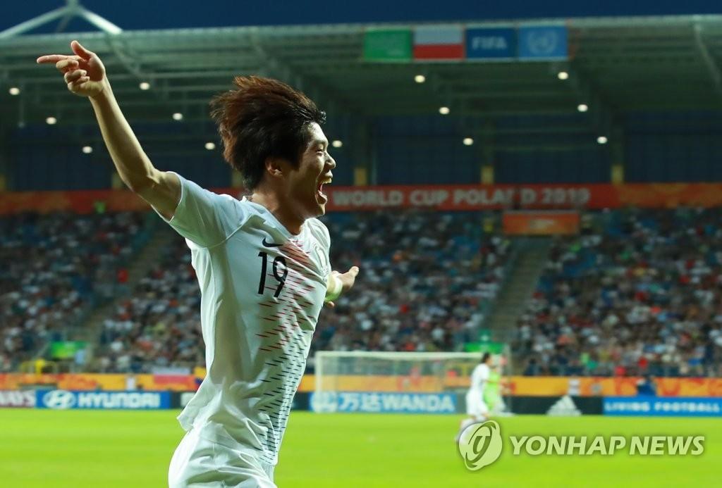 当地时间6月11日,在波兰卢布林体育场,韩国队崔俊(音)在2019国际足联20岁以下(U20)世界杯半决赛中成功进球后张开双臂欢呼庆祝。 韩联社
