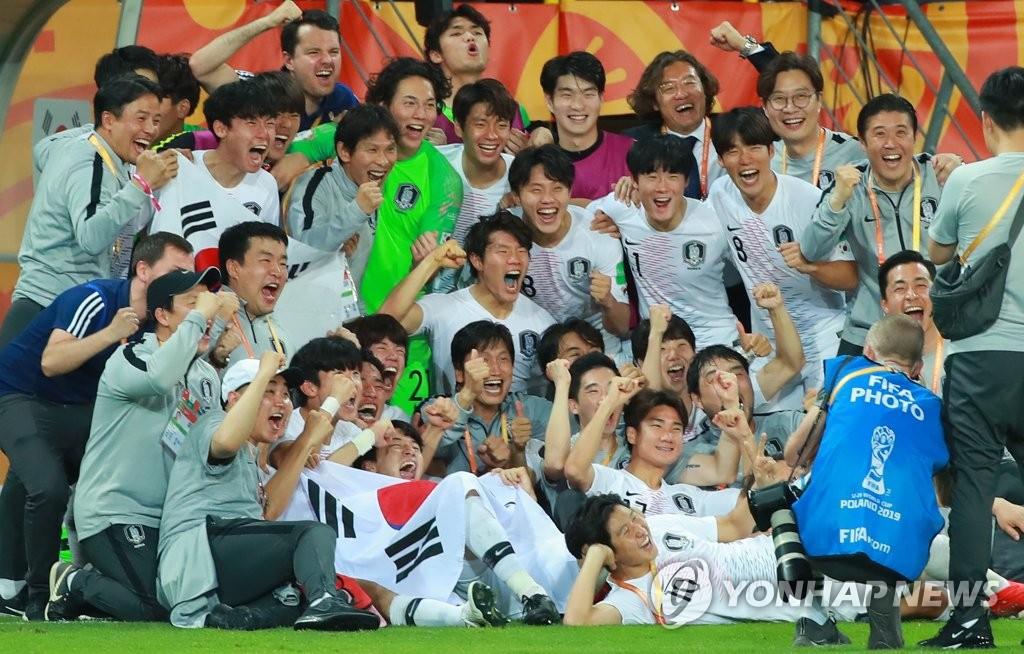 资料图片:当地时间6月11日下午,在波兰卢布林体育场,韩国队1比0击败厄瓜多尔后,合影庆祝晋级决赛。 韩联社