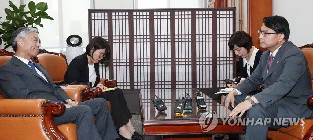 资料图片:邱国洪(左)和尹相现 韩联社