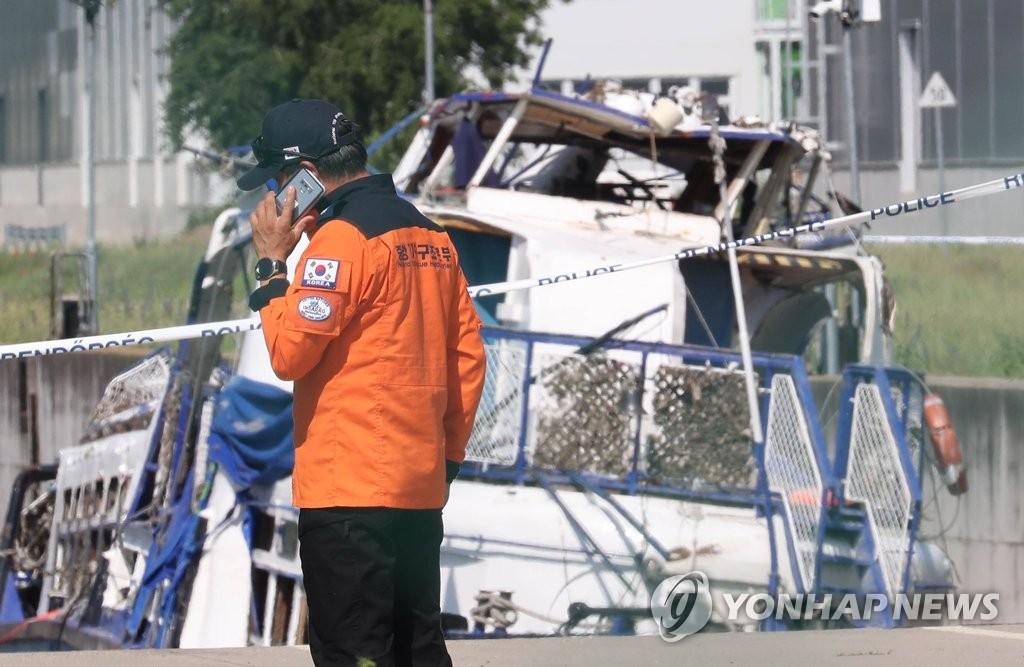 """韩国工作组人员在""""美人鱼""""号游船前待命。 韩联社"""