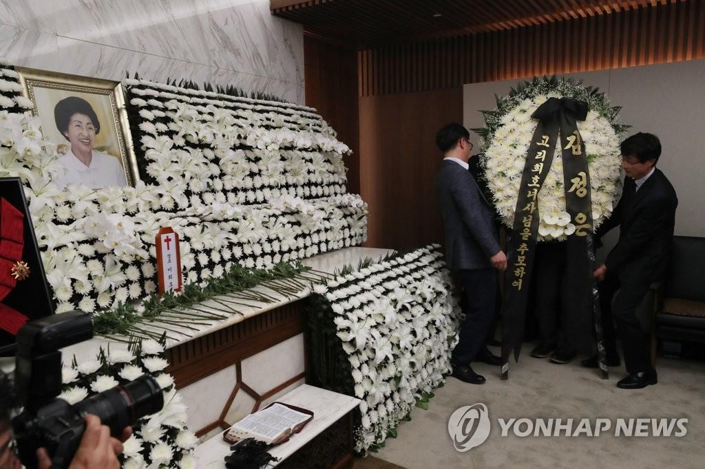 资料图片:李姬镐灵堂内摆放着金正恩送来的花圈。 韩联社
