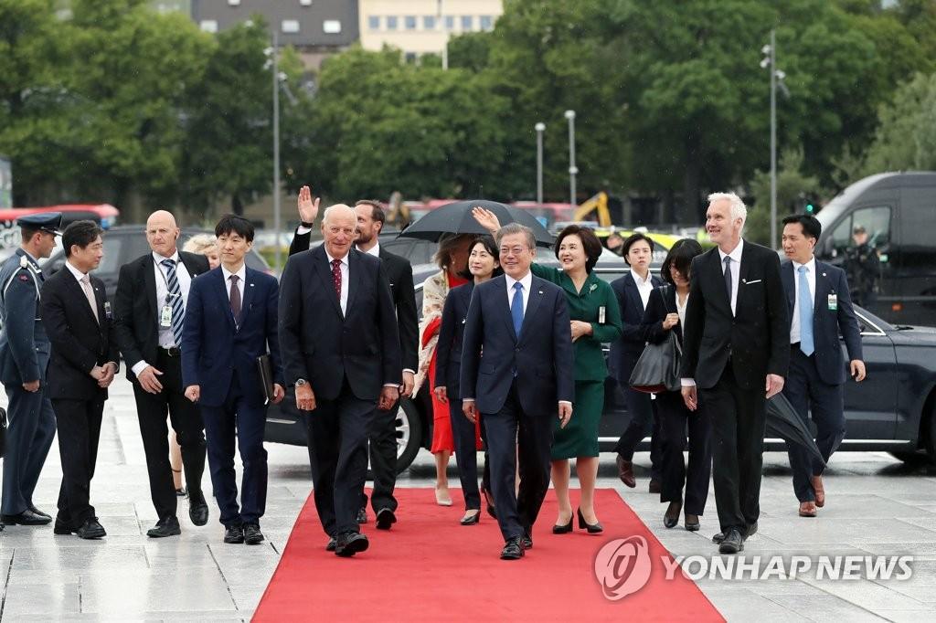 文在寅(前排右侧)抵达奥斯陆歌剧院。 韩联社