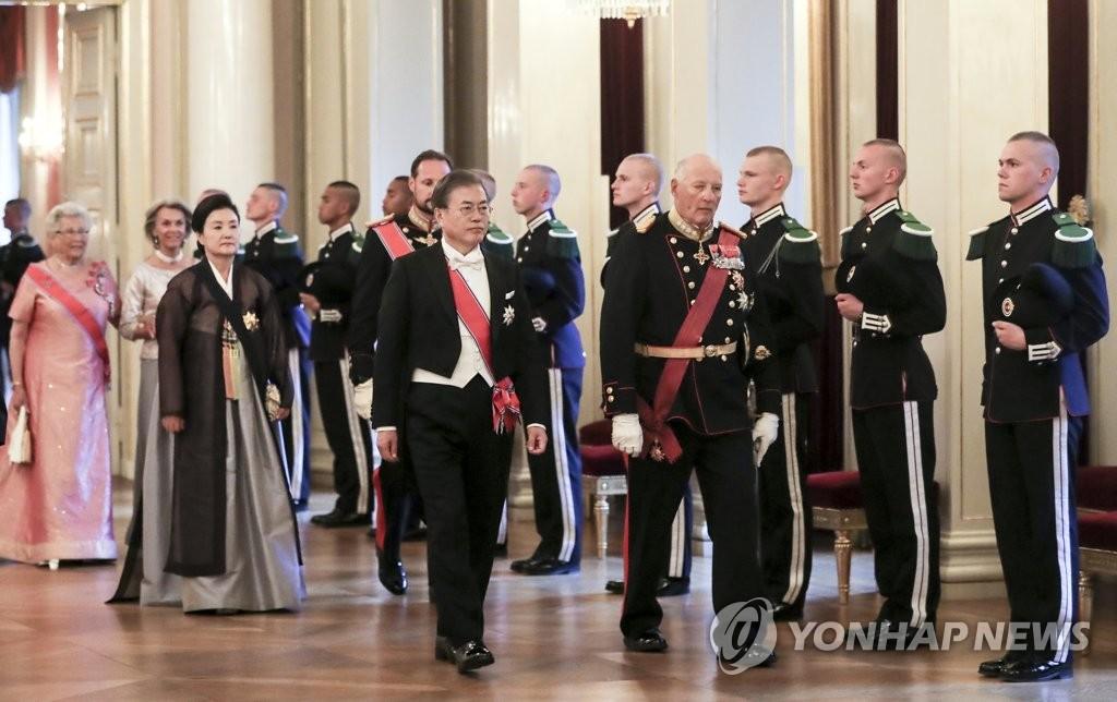 文在寅(前排左一)抵达挪威王宫。 韩联社