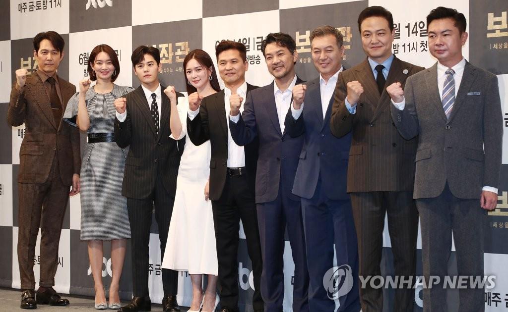 6月13日,在首尔帝宫酒店,《辅佐官》演员阵容摆姿势供媒体拍照。韩联社