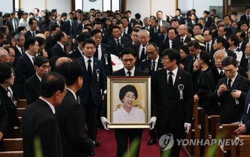 韩前总统金大中夫人李姬镐追悼会举行
