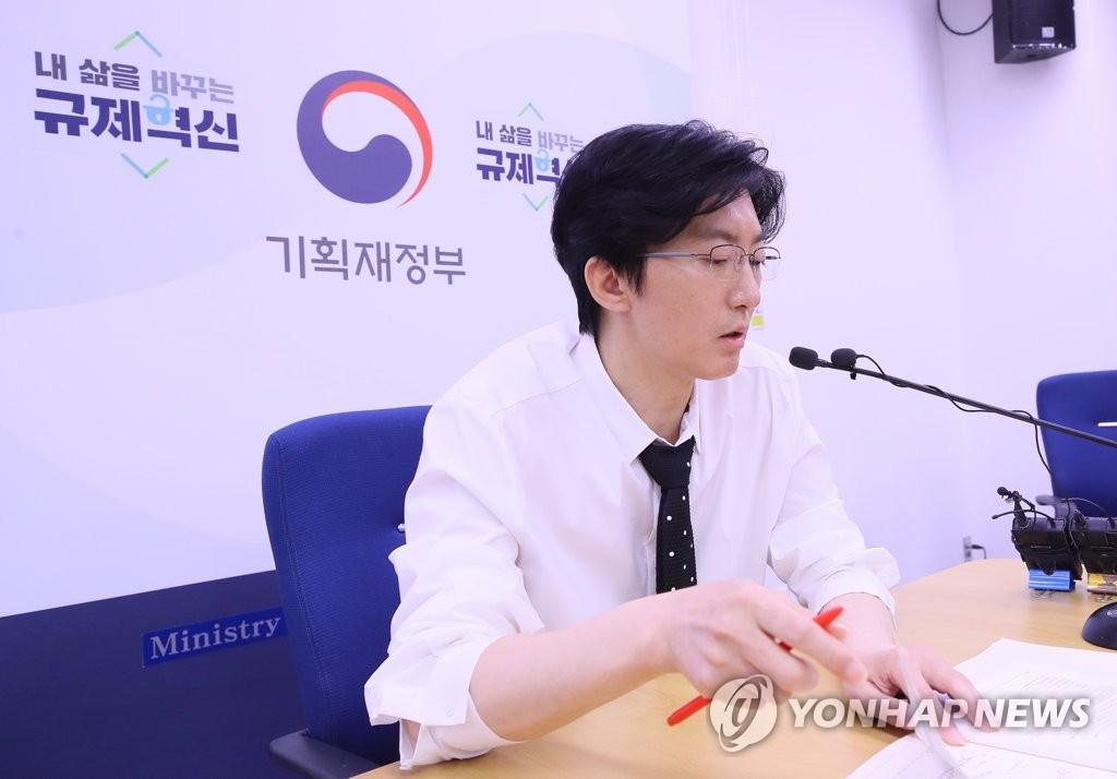 资料图片:6月14日,在韩国中央政府世宗办公楼,企划财政部经济分析课课长洪珉奭说明2019年6月经济动向。 韩联社