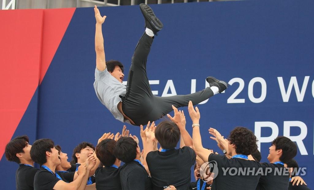 郑正溶被队员高高抛起。 韩联社