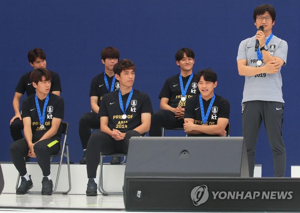 郑正溶(右一)在活动上发言。 韩联社