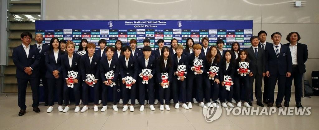 6月19日上午,在仁川国际机场,结束世界杯小组赛返韩的女足队员们合影留念。 韩联社