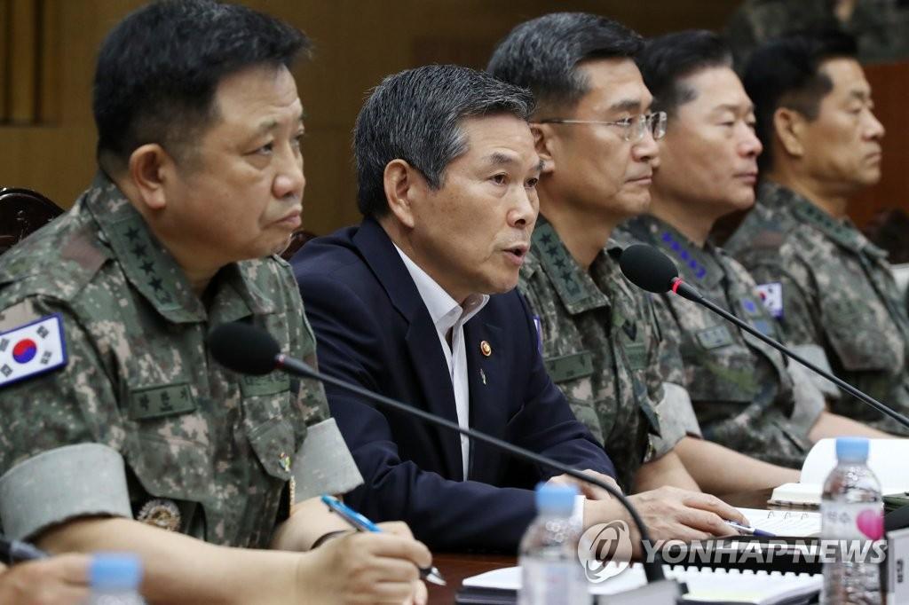 郑景斗(右二) 韩联社