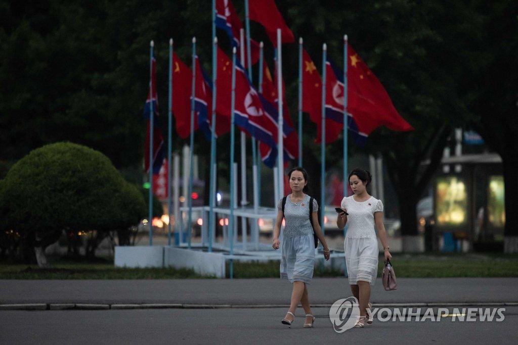 平壤街头飘扬中国国旗