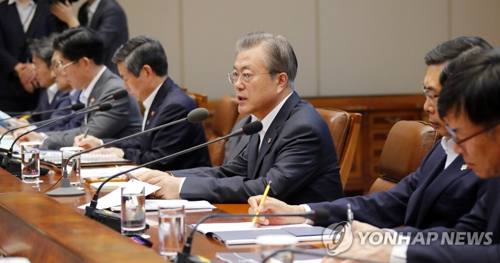 11月8日,文在寅(右三)在会上发言。 韩联社