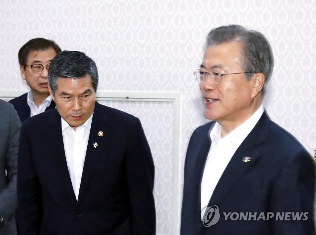 文在寅(右一)和郑景斗(右二) 韩联社