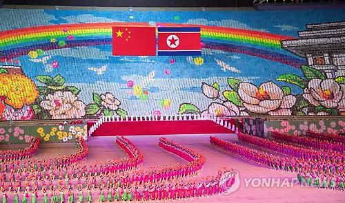习近平观看朝鲜团体操