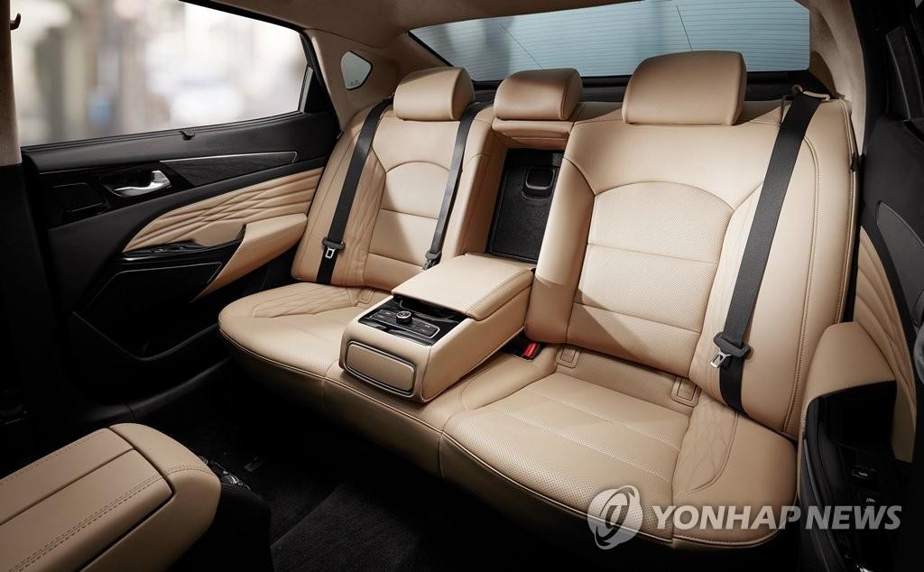 起亚K7 PREMIER于24日正式上市。后排中间座位靠背暗藏机关。 韩联社/起亚汽车供图(图片禁止转载复制)