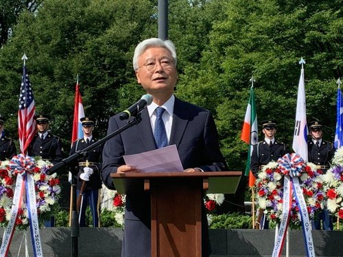 韩大使悼念美军烈士