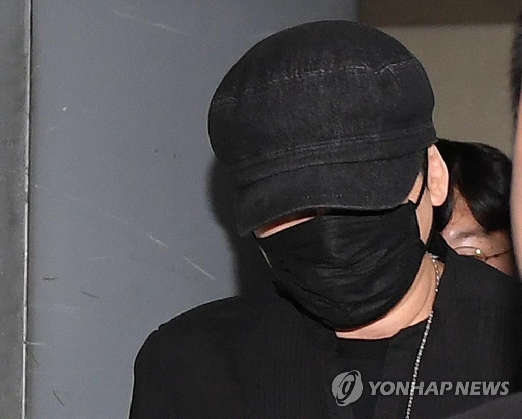 资料图片:6月27日上午,在首尔地方警察厅,涉嫌色情招待外商的YG娱乐前首席制作人梁铉锡作为涉案人员接受调查后离开。 韩联社