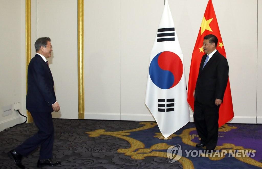 6月27日,在日本大阪威斯汀酒店,韩国总统文在寅(左)同中国国家主席习近平举行会晤。 韩联社