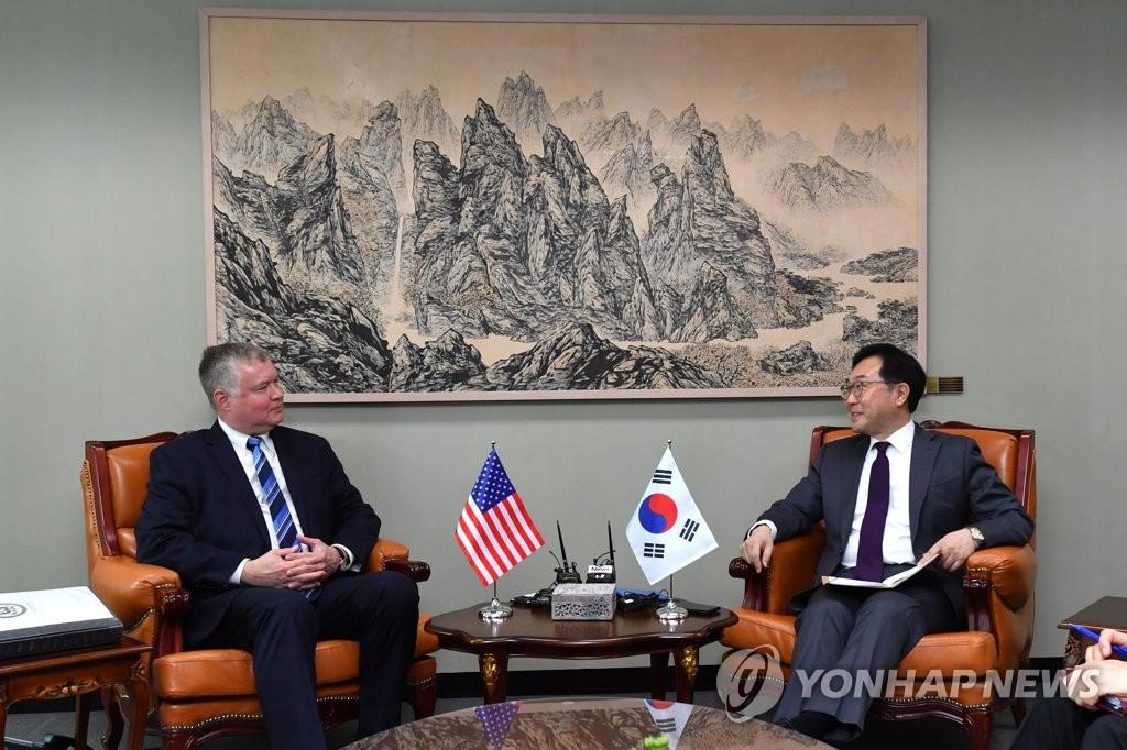 6月28日上午,在韩国外交部,李度勋(右)会见来访的比根。 韩联社