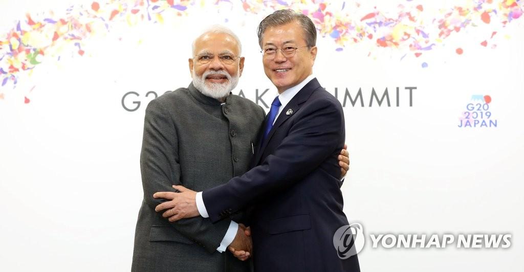 资料图片:韩国总统文在寅(右)与印度总理纳伦德拉·莫迪。 韩联社