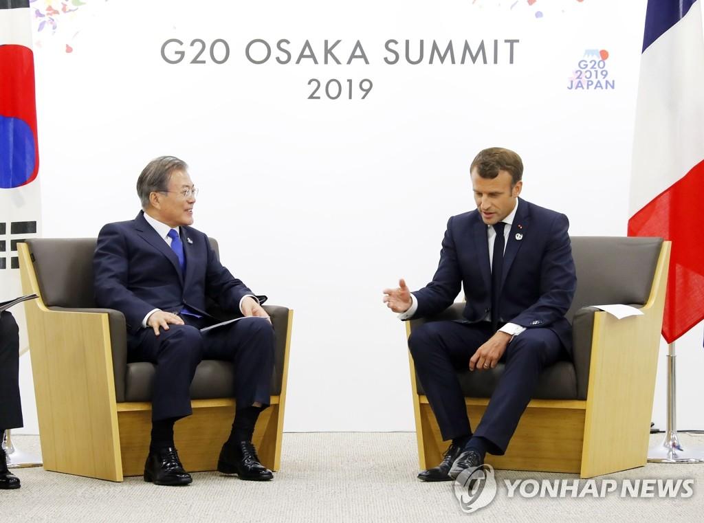资料图片:文在寅(左)与马克龙 韩联社