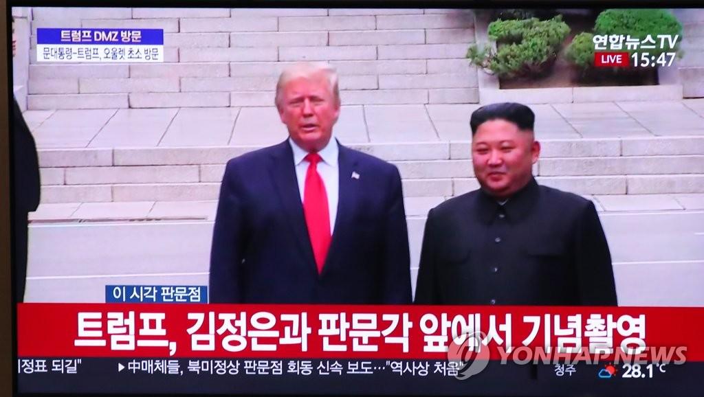 6月30日,美国总统特朗普(左)与朝鲜国务委员会委员长金正恩在板门店会面。 韩联社/韩联社TV截图