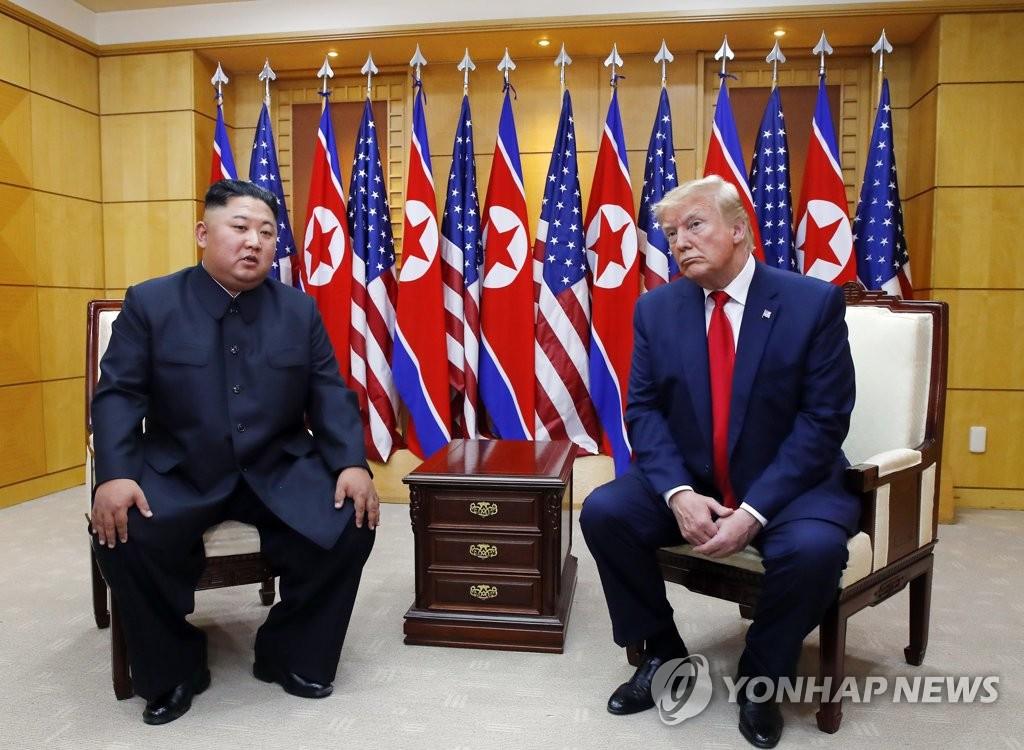 资料图片:金正恩(左)和特朗普 韩联社