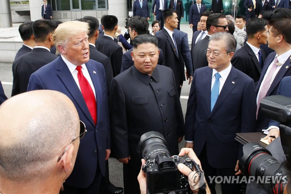 资料图片:2019年6月30日,韩朝美领导人在韩朝边境板门店会面。左起依次是美国总统特朗普、朝鲜国务委员会委员长金正恩、韩国总统文在寅。 韩联社