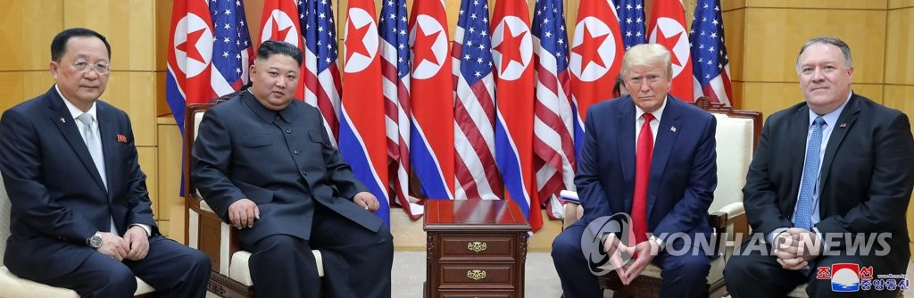 左起依次为李容浩、金正恩、特朗普和蓬佩奥。 韩联社/朝中社(图片仅限韩国国内使用,严禁转载复制)