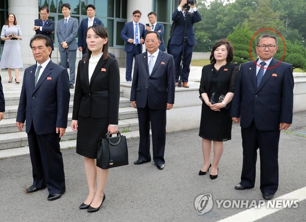 资料图片:6月30日,韩朝美领导人在板门店会晤,张金铁(红圈内)陪同金正恩出席活动。 韩联社