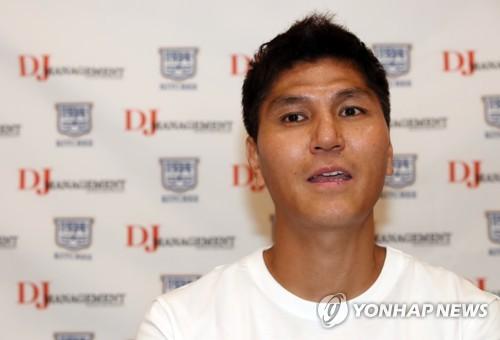韩国足球教练金东进与香港杰志续约两年
