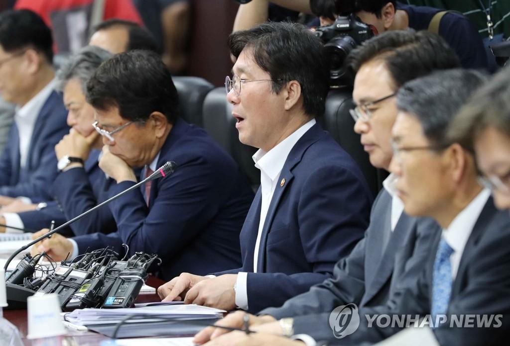 7月1日下午,在首尔市的韩国贸易保险公社,成允模在出口情况检查会议上发言。 韩联社