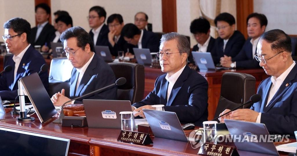 7月2日,韩国总统文在寅(右二)主持国务会议。 韩联社