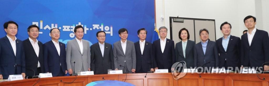 资料图片:7月3日,在国会,李海瓒(左五)、李洛渊(左四)、金尚祚(左六)等人出席党政青高层协商会议。 韩联社