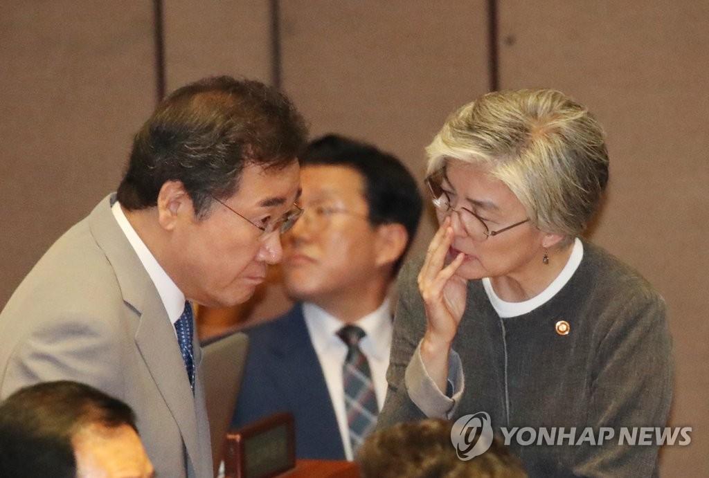 资料图片:7月3日,在国会,韩国国务总理李洛渊(左)和外长康京和交谈。 韩联社