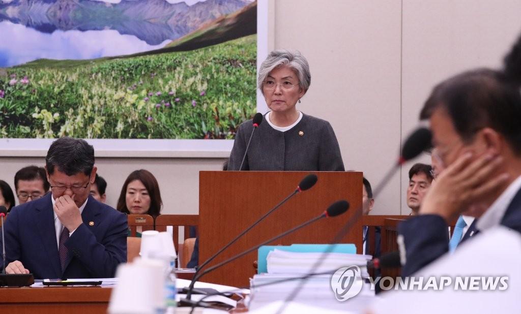 7月3日,在国会外委会全会,康京和报告工作。 韩联社