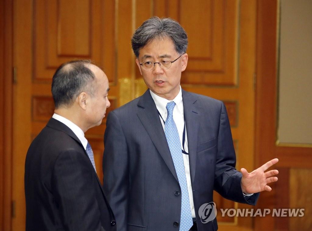 资料图片:韩国国家安保室第二次长金铉宗(右) 韩联社