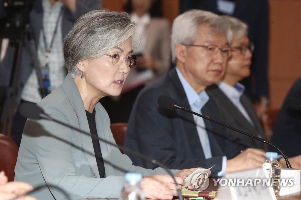 7月5日,康京和(左)出席第一次外交战略调整会议。 韩联社
