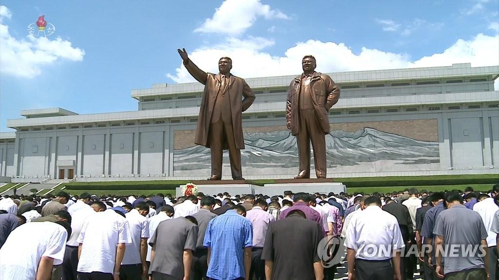 7月8月中午12点,平壤群众在万寿台金氏父子像前低头默哀。 韩联社/朝鲜央视(图片仅限韩国国内使用,严禁转载复制)