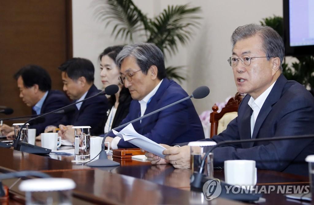7月8日,在青瓦台,文在寅(右)主持召开首席秘书和辅佐官会议。 韩联社