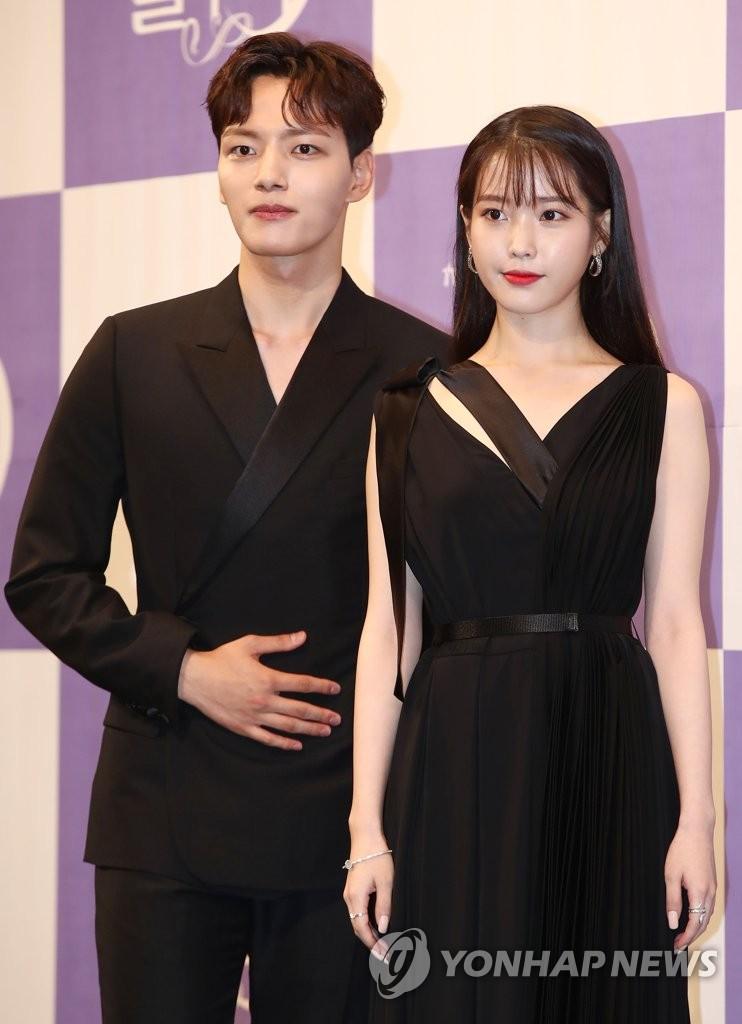 7月8日下午,在首尔皇宫酒店,演员吕珍九(左起)和李知恩出席tvN新剧《德鲁纳酒店》发布会。 韩联社