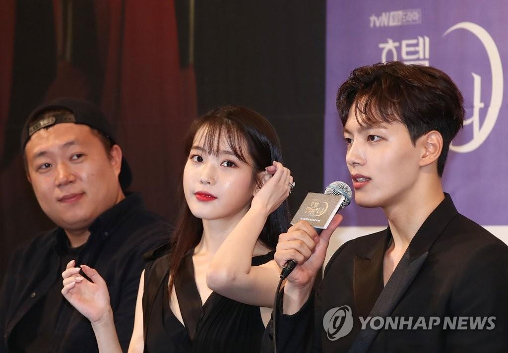 7月8日下午,在首尔皇宫酒店,导演吴忠焕(左起)、演员李知恩和吕珍九出席tvN新剧《德鲁纳酒店》发布会。 韩联社