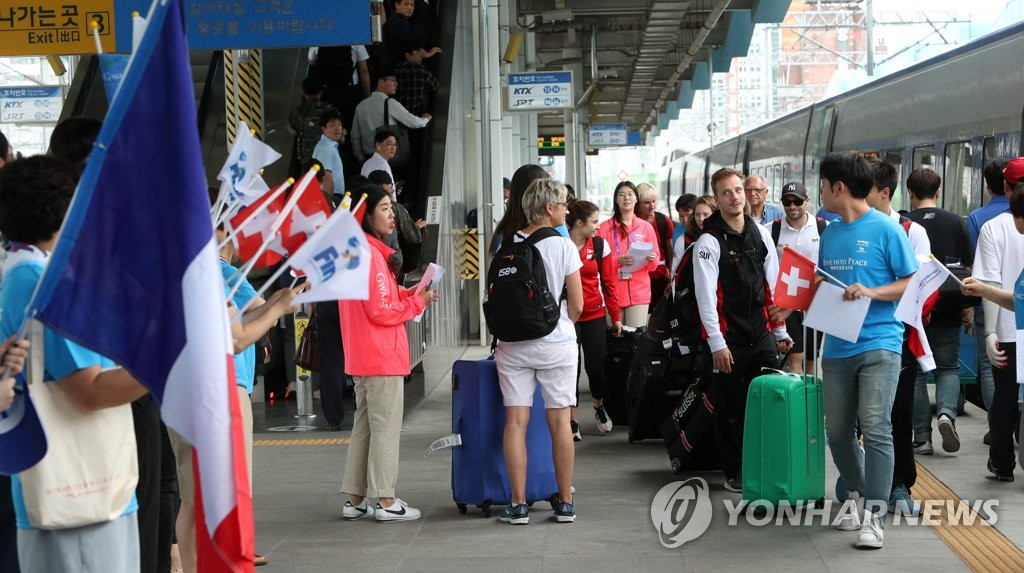 资料图片:7月9日,参加光州世游赛的瑞士、法国代表团及国际泳联相关人士乘坐KTX列车抵达光州松汀站。 韩联社