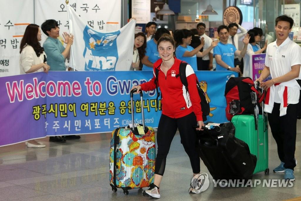 资料图片:7月9日,参加光州世游赛的瑞士代表团乘坐KTX列车抵达光州松汀站。 韩联社
